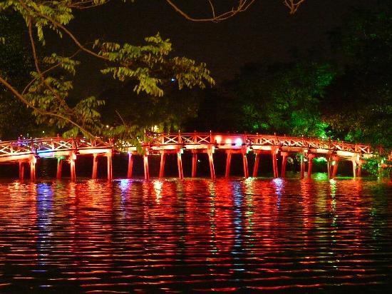 hoan-kiem-lake-at-night