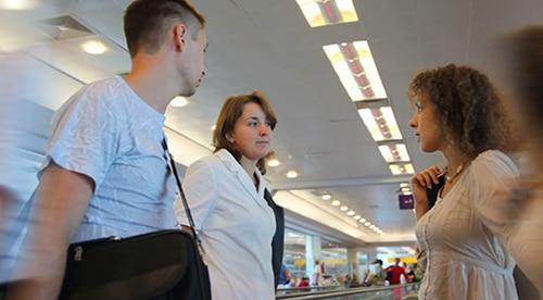 berkomunikasi di airport